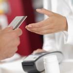 Pakai Kartu Kredit atau Uang Tunai?