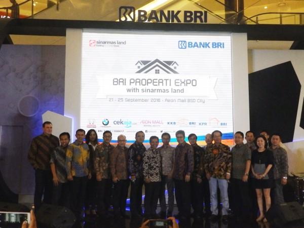 Jajaran direksi CekAja.com, Bank BRI, Sinarmas Land, dan AEON Mall berfoto bersama di atas panggung.