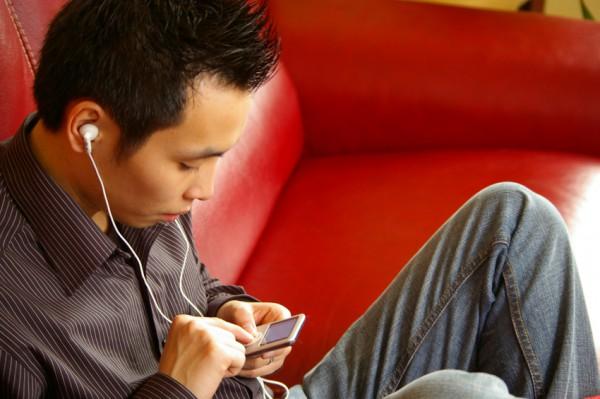 jeune-homme-ecoutant-de-la-musique